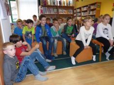 Spisovatel Jan Opatřil četl vobecní knihovně žákům základní školy