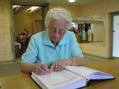 Při příchodu sekaždý zeseniorů podepsal vpamětní knize obce.
