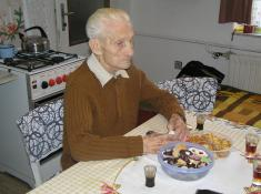 Pan Alfons Böhm vpoklidu svého domova kurážně začíná druhou stovku svého dlouhého zajímavého aurčitě šťastného života