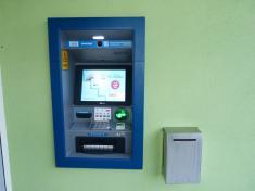První bankomat vnaší obci