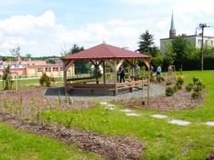 Nová botanická zahrada vareálu základní školy byla slavnostně otevřena