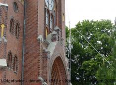 Demontáž asnesení kříže zvrcholu věže kostela včervnu 2020