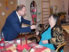 Představitelé obce přáli klientům Charitního domova sv.Mikuláše kvánocům